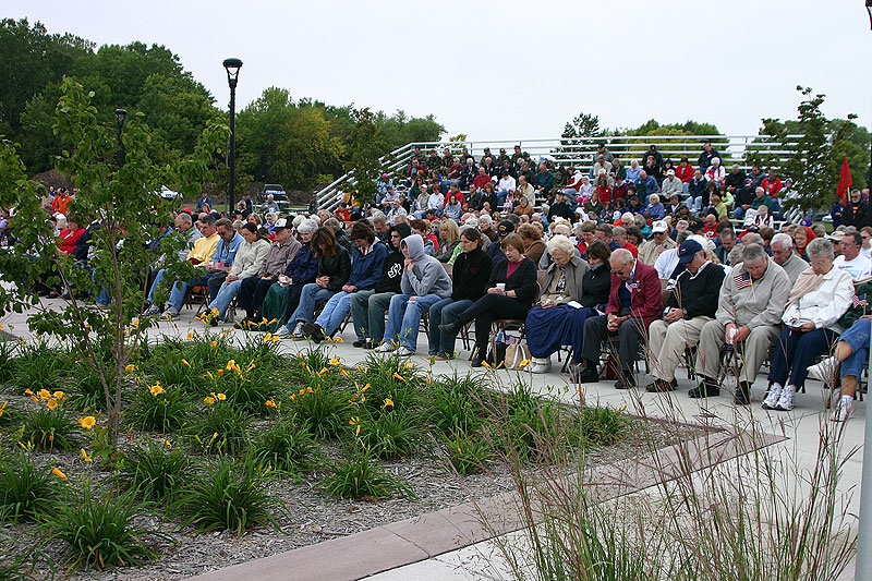 /upload/images/parks/veterans_memorial/crowd_9.jpg